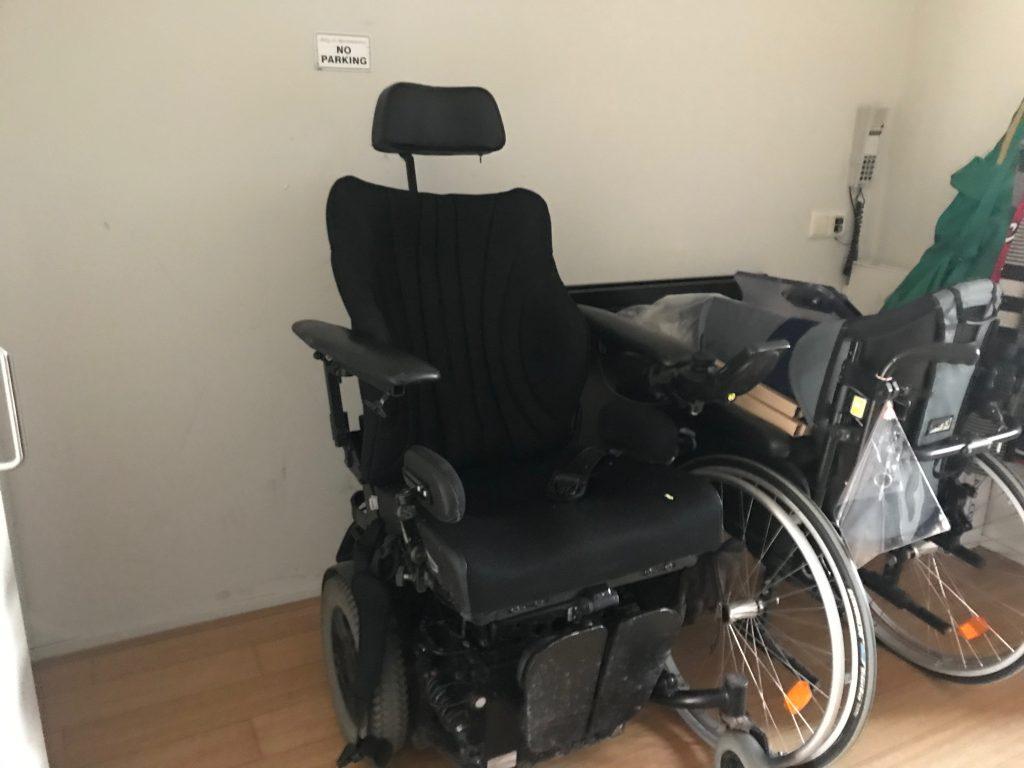 Voorbeeld van een elektrische rolstoel. Niet de rolstoel van Diederik